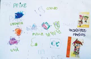 """Folha sulfite repleta de palavras e desenhos feitos por criança. É possível ler palavras como """"uva"""", """"maçã"""" e """"laranja"""" e ilustrações dessas frutas."""