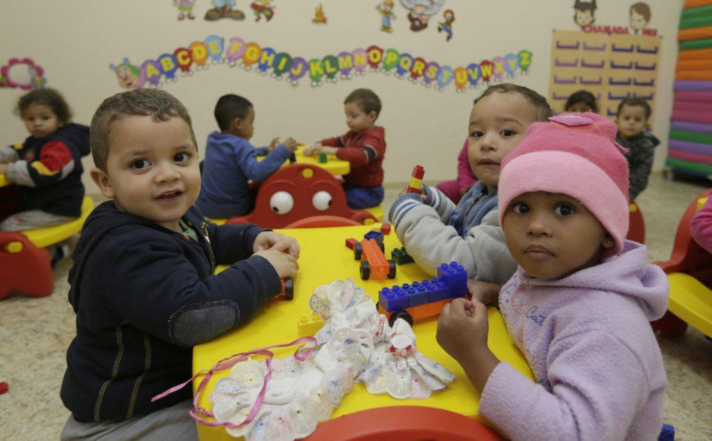 Crianças pequenas em escola de educação infantil.