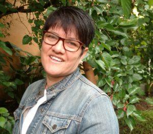 Foto de perfil de Maria de Lourdes. Ela usa uma camiseta branca e uma jaqueta jeans. Ela tem o cabelo curto, usa óculo, é branca e sorri para a foto.