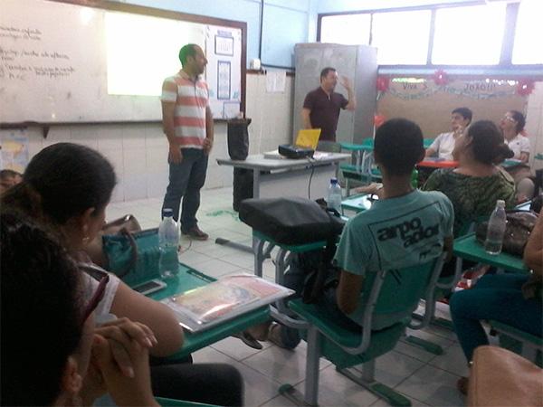 Um grupo de professores está sentado em sala de aula.
