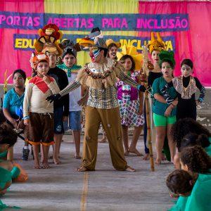 Guilherme faz cena do musical vestido de leão.