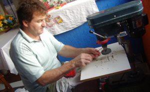 Professor utiliza ferramenta de corte para construir a tela multiplano