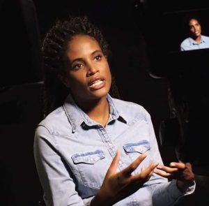Djamila Ribeiro movimenta as mãos em entrevista