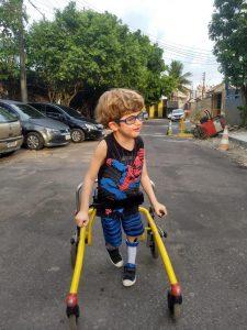 David anda em rua com auxílio de andador