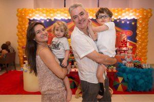 Luciane posa com o marido e os dois filhos para foto