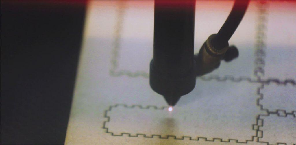 Máquina a laser corta placa MDF. Fim da descrição