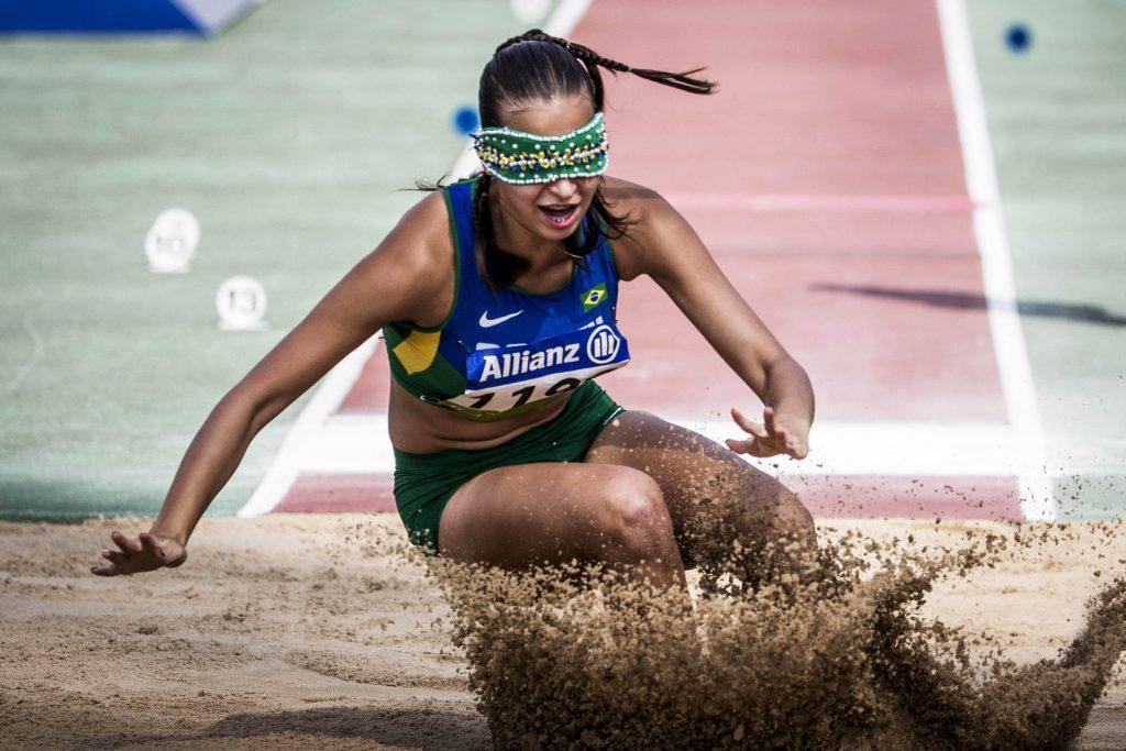 Atleta Lorena Spoladore pratica Salto em Distância no Mundial de Atletismo do Qatar. Fim da descrição.