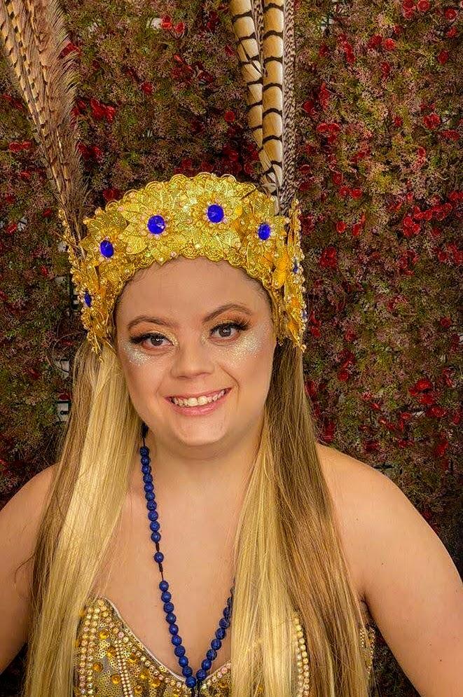 Tathi Piancastelli posa sorridente para foto com uma coroa carnavalesca. Fim da descrição.