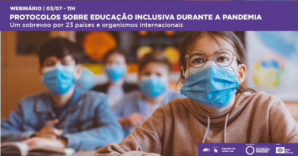 Texto: Webinário | 03/07 - 11h Protocolos sobre educação inclusiva na pandemia. Um sobrevoo por 23 países e organismos internacionais. Fotografia: estudantes, que utilizam mascaras de proteção, estão sentados em carteiras alternadas em uma sala de aula. Fim da descrição.