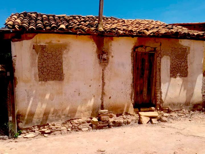 Casa antiga na comunidade Capão. Fim da descrição.