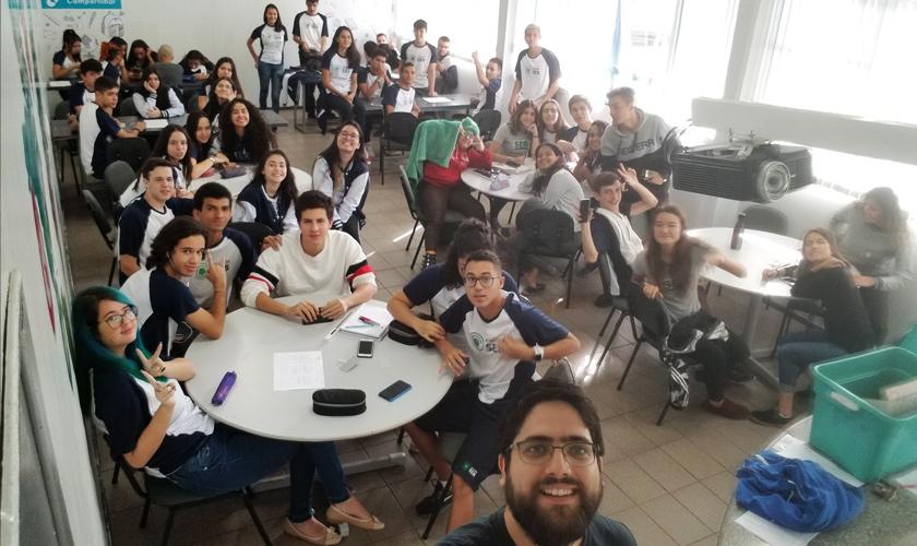 Em sala de aula, turma posa para foto tirada pelo educador André. Fim da descrição.