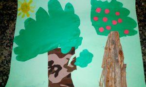 Desenho de duas árvores, uma com frutas e outra sem, e sol acima delas, feito por estudante. Fim da descrição.