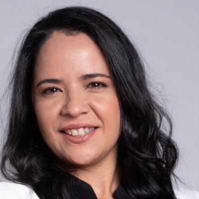 Laís de Figueirêdo Lopes posa para foto. Ela é uma mulher branca, com cabelos escuros na altura dos ombros e está na faixa etária dos 40 anos. Fim da descrição.