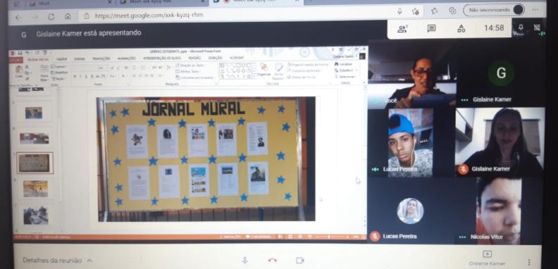 À esquerda, captura de tela mostra aula por chamada de vídeo com educadoras e estudantes. À direita, tela de apresentação mostrando exemplo de jornal mural. Fim da descrição.